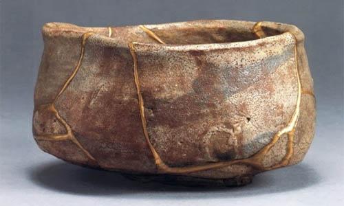 Kintsugi, el arte de la belleza y las cicatrices de oro. Arte tradicional japones de reparar cerámica.