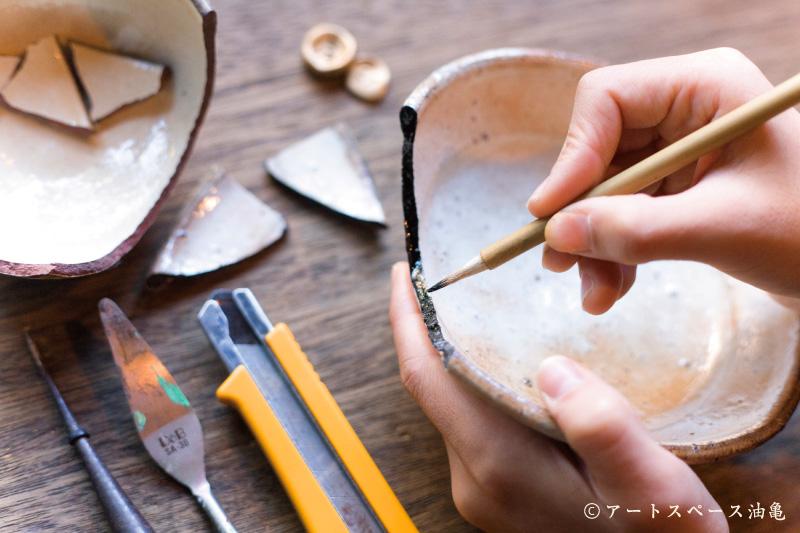 Técnica tradicional japonesa para reparar cerámica usando resina o laca urushi.