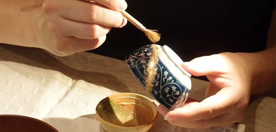 Poniendo polvo de oro sobre las cicatrices ya reparadas, el toque final del kintsugi